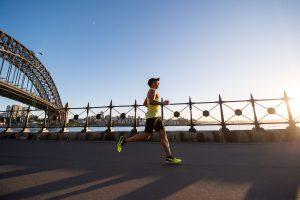 biegacz ze sportowymi akcesoriami do biegania