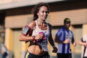 kobieta uprawiająca jogging, ma słuchawki sportowe