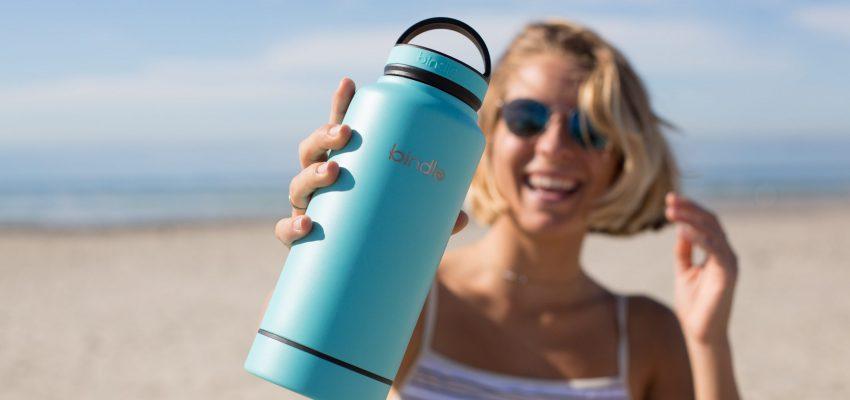 bidon zamiast plastikowej butelki, dziewczyna pije z bidonu