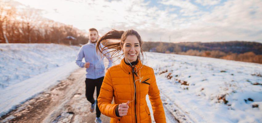 biegająca para w bieliźnie termoaktywnej